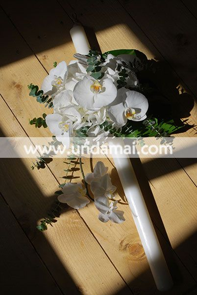 Lumanare nunta/cununie alb complet; hortensia alba si orhideea Phalaenopsis creaza o alaturare eleganta, sofisticata; frunzele de eucalipt pun in valoare albul florilor