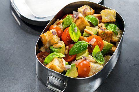 """Attila Hildmann präsentiert in seinem Buch """"Vegan to Go"""" kreative, unkomplizierte Rezepte. Der bunte Ciabatta-Salat mit Kirschtomaten ist sommerlich frisch."""