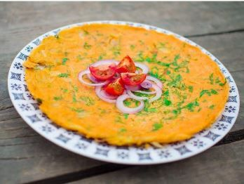 Bezlepková a veganská omeleta z červené čočky obsahu velké množství proteinu a železa. Velmi dobře zasytí. a je vhodné jak pro děti tak i sportovce. Fajne jidlo přeje chutný den :)