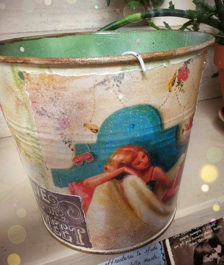 Secchio decorativo in latta, realizzato a dècoupage ed invecchiato con colori ad olio... Mauro Grasso (My dècoupage).