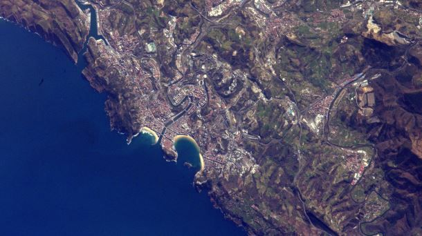 La bahía donostiarra deslumbra desde el espacio El astronauta francés Thomas Pesquet vuelve a retratar la costa vasca desde la Estación Espacial Internacional (ESA)