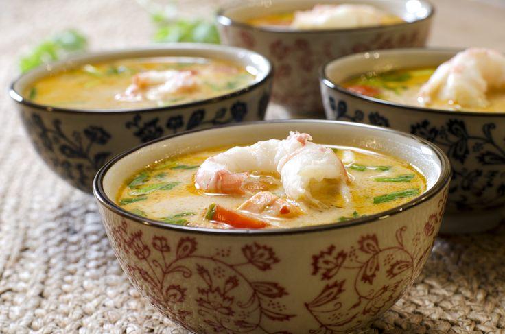 """Den aller mest kjente suppa fra Thailand (tipper jeg på) er Tom Yam. Og, som med alle populære retter og oppskrifter, finnes det mengder av varianter og versjoner av den. Den kjennetegnes ved en blanding av en sterk og syrlig smak, og at det brukes fisk eller skalldyr i den. Hvilke varianter du bruker, varierer. … Continue reading """"Tom Yam-suppe med sjøkreps og laks"""""""