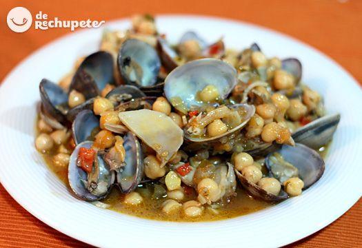 Un guisote marinero muy común en el norte de España, mucho garbanzo, pocas almejas, pero que le aportan muchísimo sabor al caldo. Con un poderoso sabor a mar con el que fliparéis.