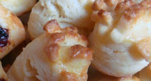 Vajas pogácsa recept: Másnap is isteni finom, puha a pogácsa. A pogi szaggatása után összegyúrt tésztából készítem a lekváros papucsot, ami a gyerekek kedvence. http://aprosef.hu/vajas_pogacsa_recept