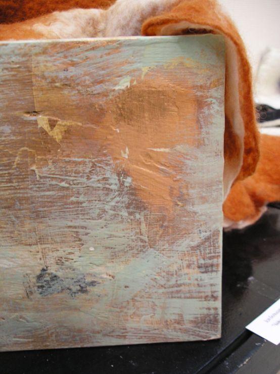 Материалы: мебельный щит, шпатлёвка для дерева, акриловые краска белая строительная, акриловые краски художественные, поталь листовая, клей для золочения, лак для золочения. Инструменты: шпатель, шлифовальная машинка (не обязательно), шлифовальная бумага, губка, кисти. Прежде чем начать описание процесса, скажу, что я сделала несколько таких коробов и использую их для различных целей – кашпо для…