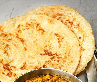 Paratha är ett klassiskt indiskt bröd som steks i stekpanna och penslas med smör. Bröden är allra godast nygräddade till en mustig linsgryta, daal, eller vilken annan indisk gryta som helst. Men de klarar sig även utmärkt på egen hand. Försvinnande goda!