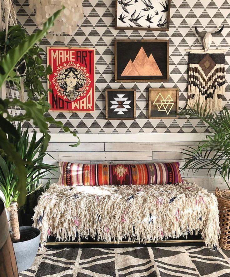 Inspiration Für Wohnzimmer In Boho Perfektion. Gestaltete Wanddeko über  Sitzgelegenheit Mit Fransenüberzug.
