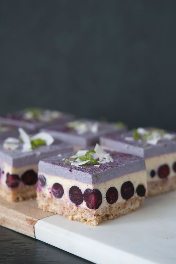 sliced almond shortbread crust; topped with a thick bluberry dotted cheesecake; topped with a must try creamy eggless white chocolate mousse with freeze dried bluberries