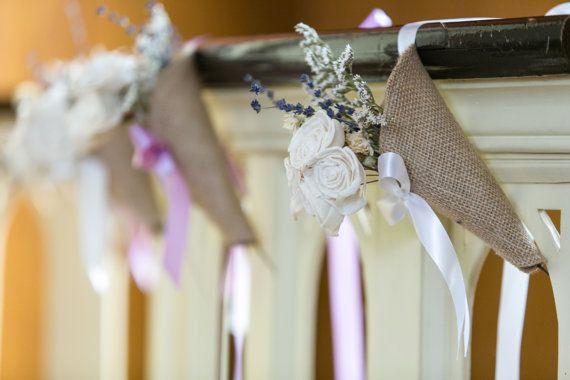 Quelle belle façon de décorer les allées ou même des balles de foin à votre mariage inspiration rustique. Ces cônes pew serait également idéal pour votre mariage grange à la campagne, ou même une affaire vintage. Imaginez comment charmant, ce serait pour avoir vos demoiselles d'honneur et les filles de fleurs portant leurs fleurs dans un aussi bien. Couleur du ruban est votre choix! Ivoire et lavande sont présentés dans les photos. Vous pouvez sélectionner la couleur du ruban dans le menu…