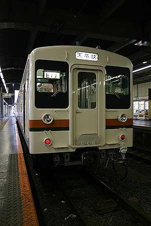 飯田線にしか走っていない車両、119系電車。国鉄末期に製作された、ローコストで合理化の進んだ車両の一つ。これらの車両は、今でも日本各地のローカル線の第一線で活躍している。[2008/4 豊橋駅 JR飯田線501M天竜峡行(119系)]© 2010 風旅記(M.M.) 風旅記以外への転載はできません...