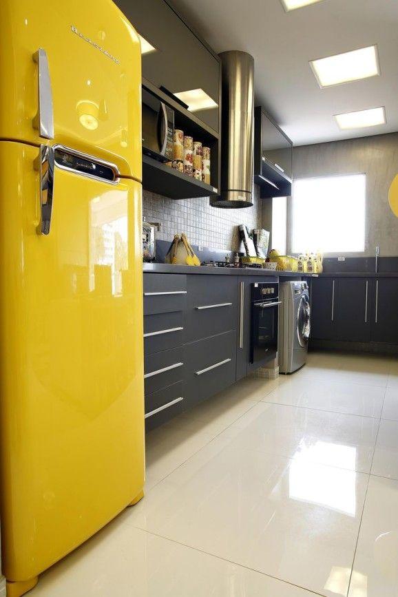 As cozinhas pequenas decoradas com cores alegres imprimem criatividade, mas é preciso utilizar cores sem poluir a decoração. Projetos de cozinhas coloridas.