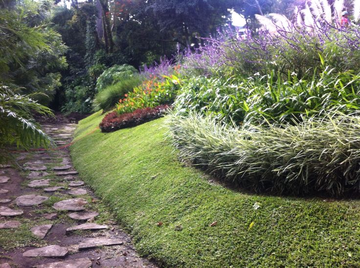 Jardines en talud xardins pinterest for Decoracion de parques y jardines