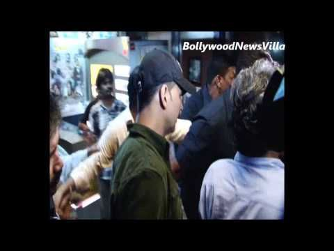 akshay kumar mobbed at the special screening of BOSS.