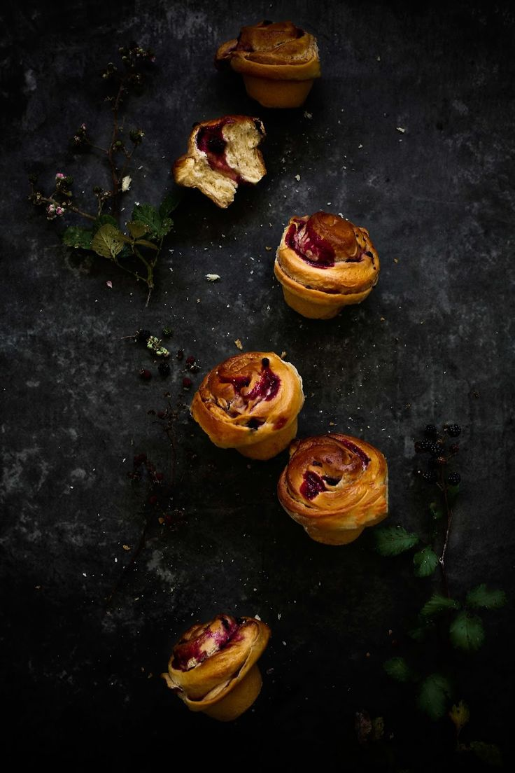 Blackberry and white chocolate brioches - Pratos e Travessas | Food, photography and stories