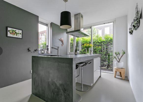 Maatwerk MDF wit gespoten keuken - fronten greeploos - ter plaatse gegoten betonnen aanrechtblad, doorlopend in zijwanden - The Living Kitchen by Paul van de Kooi