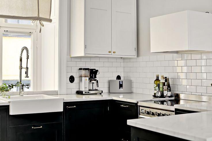 Kitchen  Köket är ikeastommar och luckorna från #järfällakök Platsbyggt med utanpåliggande gångjärn. Köket är penselmålat i Studio Green från Farrow&ball Bänkskiva i marmor