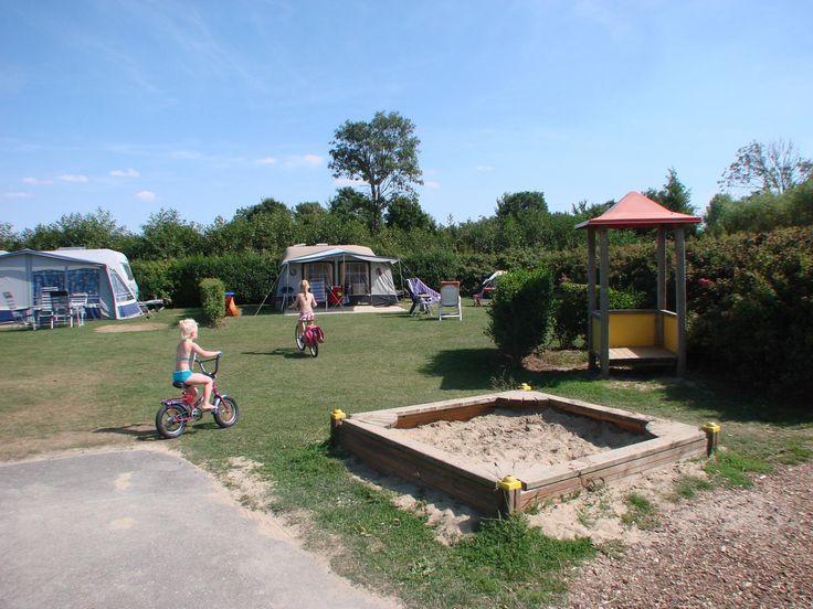 Ons Buiten Comfort 150 m2 kampeerplaats  Deze grote kampeerplaatsen zijn lekker ruim en kindvriendelijk! De plaatsen zijn 150 m2 groot en zijn voorzien van 8 amp. stroom water afvoer en kabeltv. De plaatsen zijn in circelvorm en in het midden staat een speelobject. Om het voor de kinderen nóg wat veiliger te maken is het terrein autovrij.  EUR 210.00  Meer informatie  #vakantie http://vakantienaar.eu - http://facebook.com/vakantienaar.eu - https://start.me/p/VRobeo/vakantie-pagina