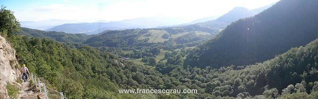 Mi padre subiendo al impresionante valle del Cabrerès (Cantonigròs, Catalunya)