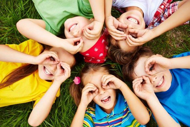 niños jugando, cesped, feliz, sonreir