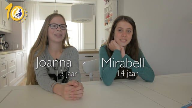 Helen de Lange is vakleerkracht Engels en samen met haar oud leerlingen Joanna en Mirabell blikt ze terug op hoe zij de lessen Engels hebben ervaren op de basisschool. Voor deze lessen hadden ze contact met leeftijdsgenoten uit heel Europa via eTwinning.