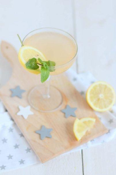 <p><b>Deze lekkere mocktail is zo gemaakt. Maak het op een zomerse dag of op een feestje! </b></p><br><ul><li><b>1.</b> Meng het kokoswater, bruisend water met citroen en het citroensap met elkaar.</li><li><b>2.</b> Vul het glas met ijs en voeg het mengsel toe.</li></ul>