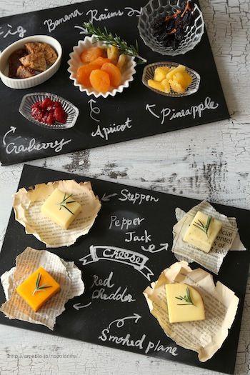 """セリアの""""黒板""""は、アイデアが湧き出てくるグッズ。  リメイクとは異なりますが、このアイデアは見逃せない。ドライフルーツやチーズをのせるプレート代わりに。チーズの名前を書いておけば、話が弾んで楽しくなる。"""