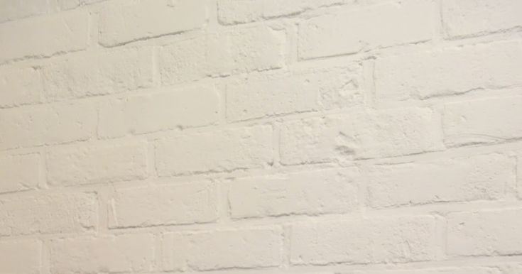 Tee-se-itse-naisen sisustusblogi: White-painted bedroom red brick wall.