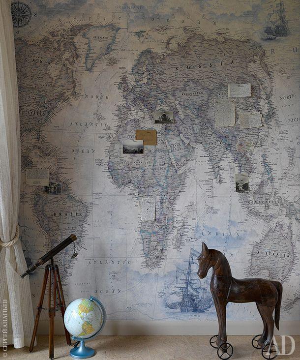 Фрагмент детской. Фреска с рисунком географической карты на основе магнитной краски сделана на заказ по эскизам дизайнера. На полу пробковая доска Corkstyle.