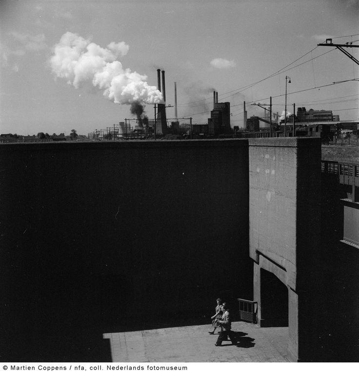 Voetgangerstunnel met op de achtergrond Staatsmijn Maurits, Geleen-Lutterade (1952)