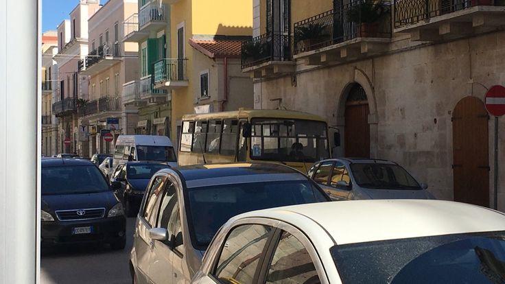 Scuolabus ingombranti: disagi su di via Di Vittorio #Corato, #Lostradone, #Scuolabus  Corato LoStradone.it
