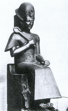 -람세스 2세의 흉상 - 흑색 화강암, 높이 77cm, 카이로 이집트 미술관 소장    -파라오라는 절대 권력자에 대한 숭배가 그 목적이라고 생각    -대상의 재현보다는 정신과 내면적 가치를 추구하려는 이집트 미술의'예술의욕(Kunstwollen)'을 보여줌    -당시 람세스2세의 활동들과 다른 초상 작품들을 살펴보며 비교해 볼 것.