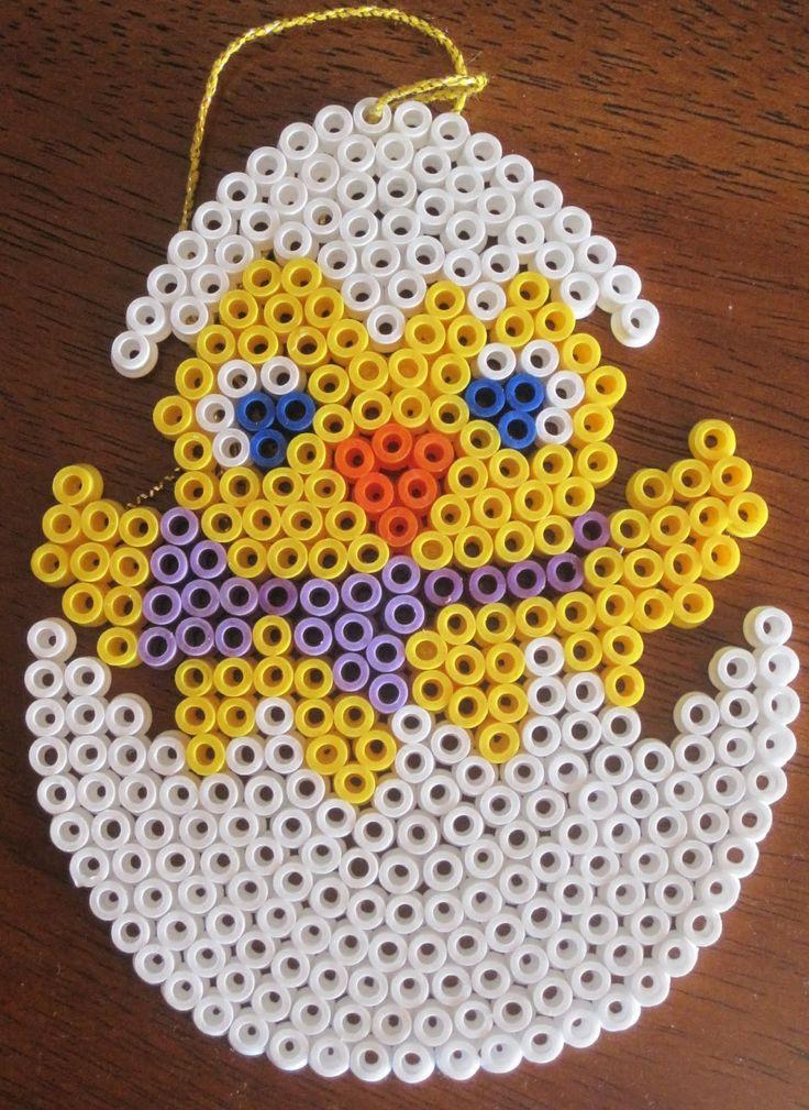 Easter egg hama perler by Den kreative idemager http://www.creactivites.com/234-plaques-perles-a-repasser-midi-hama