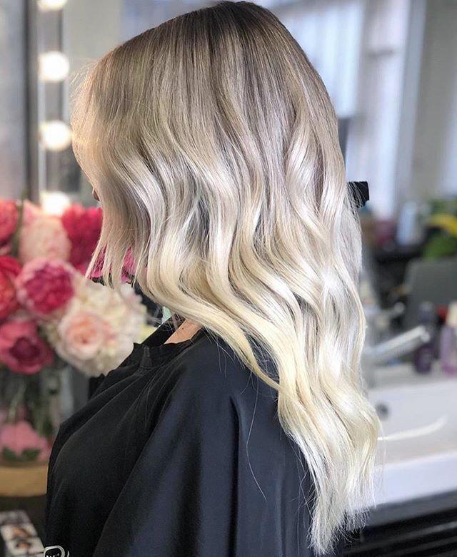 Balayageombrehair Nous Avons Realise Sur Notre Cliente Une Combinaison De 3 Techniques Differentes En Une Un Balayage Om Blond Froid Cheveux Cheveux Blond