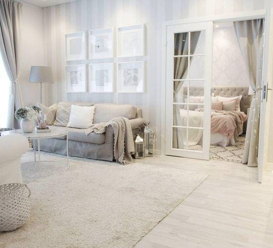 Pastelowy elegancki salon z przeszklonym wejściem do sypialni - Lovingit.pl