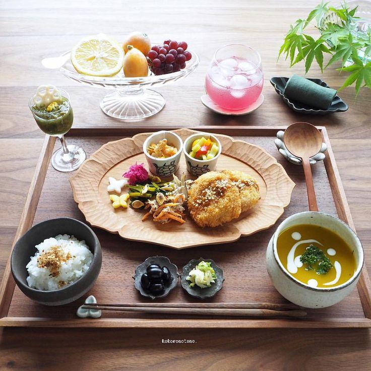 ❁.*⋆✧°.*⋆✧❁ Today's lunch. ・ 今日のお昼ごはん。 ・ 酢の物以外の作り置きおかずは 本日 食べ切りです´ڡ`)🍚 ・ お品書き(作り置きおかず+追加分) 1.長芋の味噌挟み豚カツ 2.かぼちゃの皮きんぴら(炒り種トッピング) 3.りんごと人参のココナッツくるみソテー 4.ごほうのクリームチーズ和え 5.黒豆のあっさり煮 6.ツナと人参の粒マスタードサラダ 7.セロリとパプリカのマリネ 8.紫キャベツのマリネ 9.白菜の塩昆布ナムル 10.れんこんと人参と大根の甘酢漬け(柚子風味) 11.めかぶ柚子酢 12.ふりかけごはん(柚子ごま) 13.かぼちゃのポタージュ 14.くだもの(ぶどう・びわ・小夏) 15.赤紫蘇ジュース ・ 3.4.6.8.10.は📗著書「のほほん曲げわっぱ弁当」にレシピ掲載しています。 ----------------------- LINEブログ・Amebaブログは後ほど✍️。 宜しければプロフィールのリンクからどうぞ--✈︎ ・ コメント欄お休み中🛌 いつもありがとうございます◡̈ ❁.*⋆✧°.*⋆✧°.*⋆✧°❁