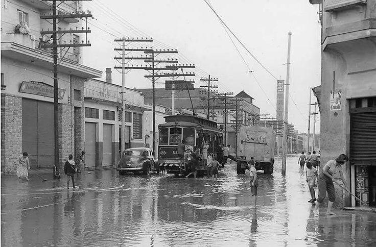 12 de março de 1956 - Rua Teixeira Leite, no Cambuci, alagada em função das chuvas.