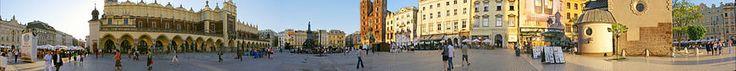Panorama - La Plaza del Mercado de Cracovia (Polaco: Rynek Główny w Krakowie) es la más importante de Cracovia y de Polonia, se sitúa en el casco antiguo de Cracovia, en el centro de la ciudad. Su origen se remonta al siglo XIII. Es la plaza medieval más grande de Europa.