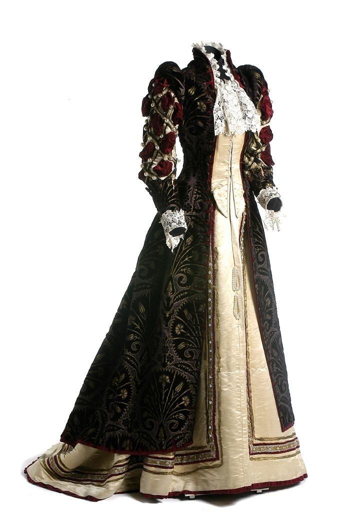 Hacia 1898 el vestido, a través de colecciones de Digital de la Red de Museos de España.