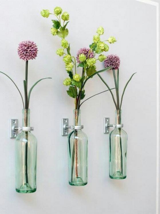 floreros de pared hechos con botellas de vino