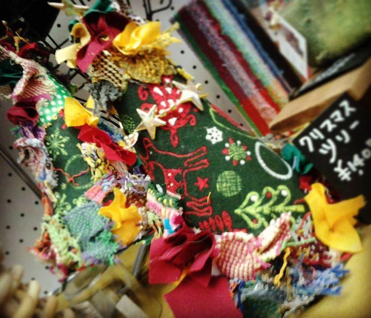 梅田スカイビルで開催中のとっておきのさをり展は月曜まで開催中です!  今日は19:00まで  明日の最終日は16:00までオープンです  クリスマスにぴったりのギフトが大集合!  ぜひぜひお越しくださいねー!  #saoriweaving  #christmas  #umedaskybuilding  #veryspecialarts  #saoriori