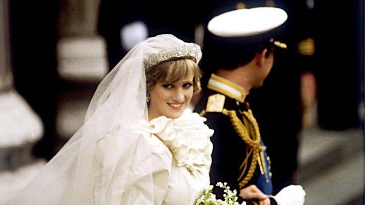 Familia Real Británica: 35 años de la boda de Carlos y Diana: así empezó el declive popular del príncipe. Noticias de Casas Reales. Cuando el primogénito de Isabel II le dio el sí quiero a Diana Spencer, jamás imaginó la gran popularidad que ella llegaría a alcanzar. Eso provocó unos enormes celos en él