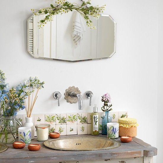Ванная в  цветах:   Белый, Светло-серый, Серый, Бежевый.  Ванная в  стиле:   Шебби-шик.