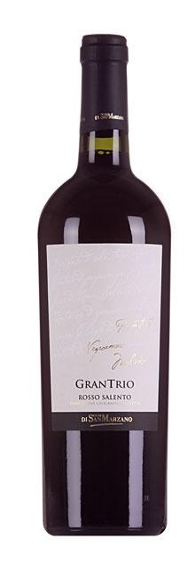 Uit de hak van de laars van Italië komt deze wijn gemaakt van de lokale druivenrassen Primitivo, Malvasia Nera en Negroamaro. Aan zon en warmte geen gebrek, staan de wijngaarden aan de kust waardoor ze profiteren van een verkoelende bries.  Na een mooie geurstart met pruimenjam, cacao en gekonfijte bessen, proeven we een vurige, peperige wijn met bosvruchten, vijgen en bonbons, en toch een mooie fraîcheur. Voor bij de entrecôte en lam met knoflook en rozemarijn.