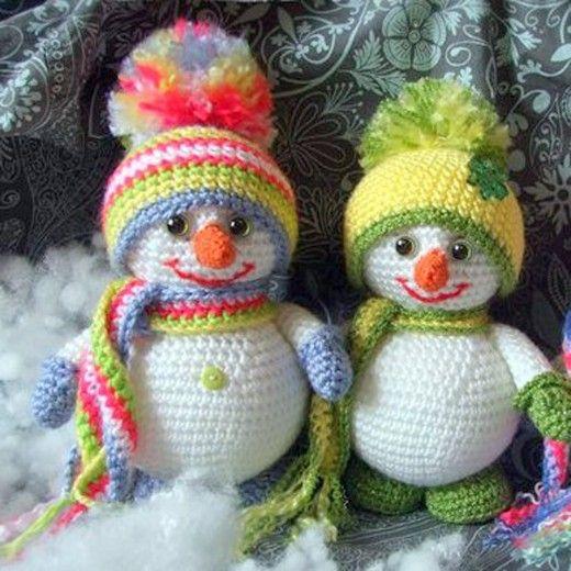 Free crochet pattern for Christmas amigurumi snowman.