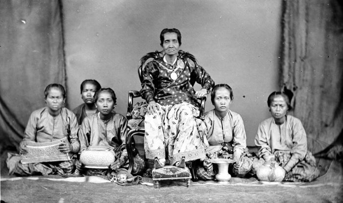 Bugis people. Aru Pancana We Tenriolle, Queen of Tanette, South Sulawesi. Pictured accompanied by court ladies.