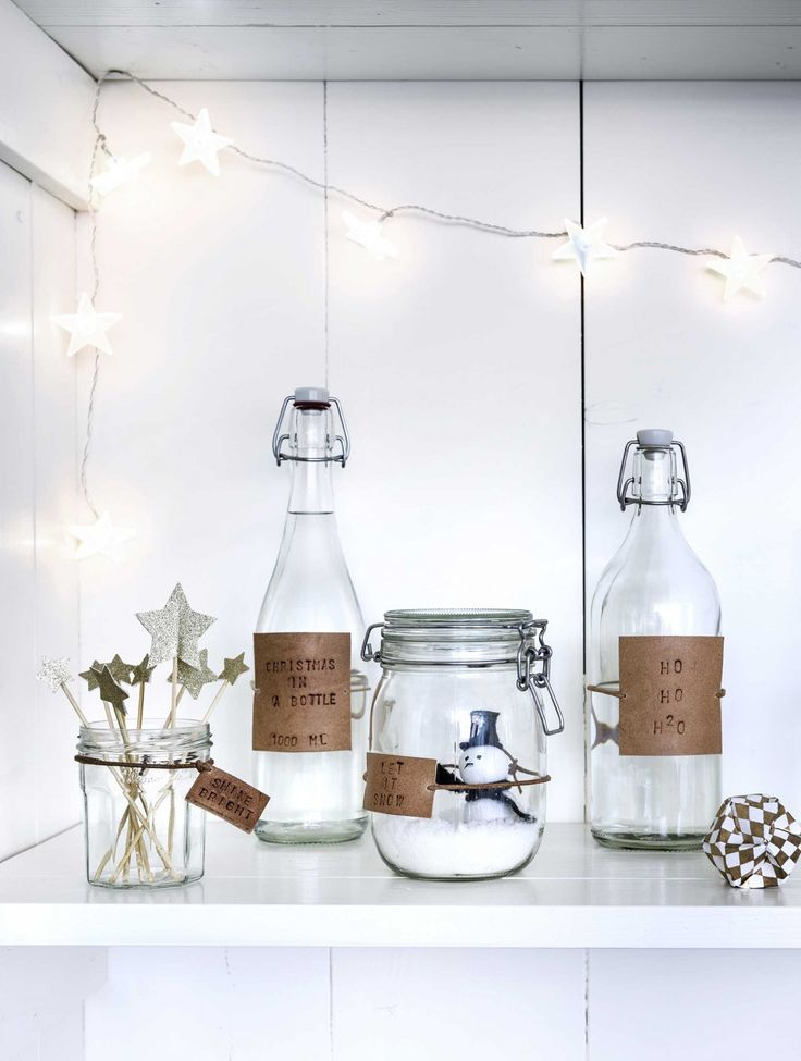 DIY kerst flessen met labels | DIY bottles and jars with christmas labels | Bron beeld: vtwonen december 2014 | Fotografie Sjoerd Eickmans | Styling Kim van Rossenberg