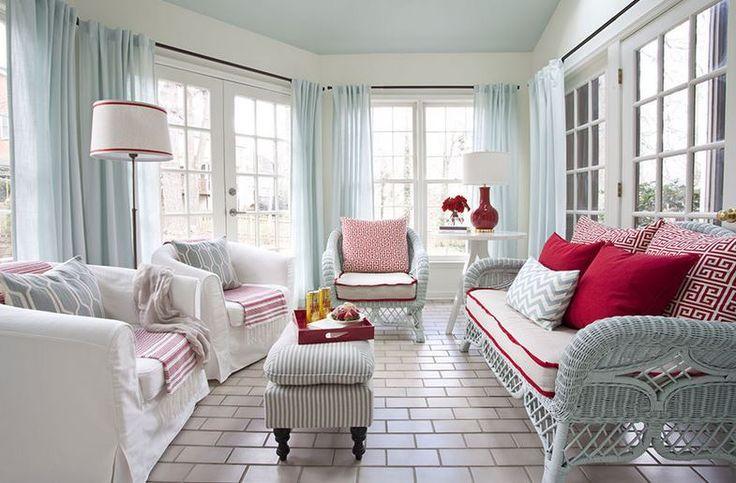 Odanın görüntüsü tamamlayan en önemli parça perdedir.  Odayı ferah göstermek adına perdenin rengini seçmek de çok önemlidir. Açık tonlarda döşenmiş odalara turkuaz tonu perdeler çok