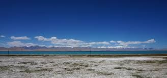 El clima al Kirguizistan varia segons la regió. El sud-oest del vall de Fergana és subtropical i extremadament calorós a l'estiu, amb temperatures que arriben als 40 ° C.