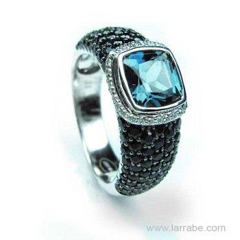 Sortija de oro Blanco con diamantes,  zafiros y topacio azul. De joyería Larrabe.  #Sortija #oro #diamantes #topacio #mujer