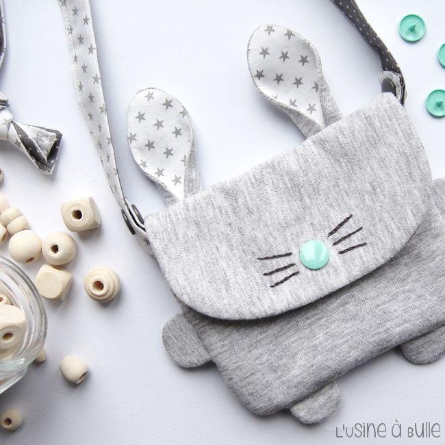 DIY couture : Le petit sac lapin. On fond pour ce modèle adorable à coudre. Merci à L'Usine à Bulle pour ce tutoriel dément qu'on se voit parfaitement coudre. Pour offrir ou pour nous. Tutoriel gratuit, en français.